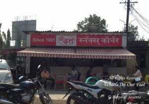 Stop by Shri Dutt Vada Pav while driving to Kashi in Maharashtra